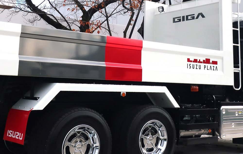 Isuzu Plaza - GIGA Truck Photo